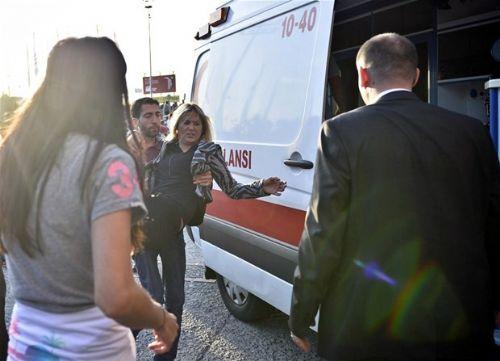 TÜYAP Fuar ve Kongre Merkezi'nde bugün açılışı gerçekleştirilen 33. Uluslararası İstanbul Kitap Fuarı'nı ziyaret eden manken Ebru Şallı, otopark girişinde kaza yaptı. Otopark önünde kalabalıktan dolayı yaya olarak gezen kadını fark etmeyen Şallı, aracıyla kadına çarptı. Ayak bileği zedelenen kadın için ambulansı arayan Şallı,