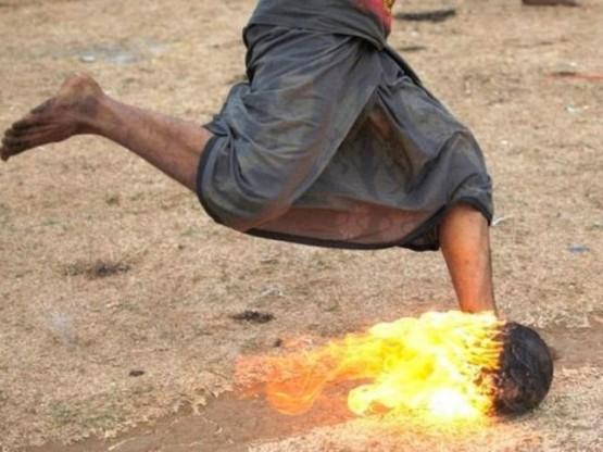 Endonezya'nın Doğu Java eyaletinde öğrencilerin hindistan cevizini ateşe vererek oynadığı futbol görenleri şaşırtıyor.