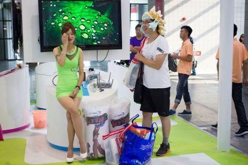Oto Şov'dan sonra Asya kıtasının en büyük oyuncak fuarında da seksi hosteslere fazla seksi olmama sınırı geliyor.